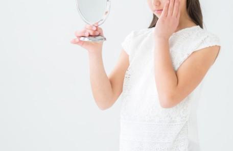 鏡見る女性不安